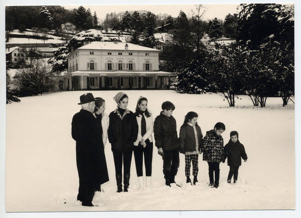 Left to right: Charlie Chaplin, his wife Oona, and six of their eight children, Josephine, Victoria, Eugene, Jane, Annie and Christopher